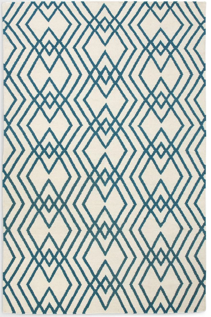 Das markante geometrische Muster wird komplettiert von einem verstärkten Rand. Dank seinem cremigen Weißton eignet sich der Teppich auch für alle Wohnbereiche.