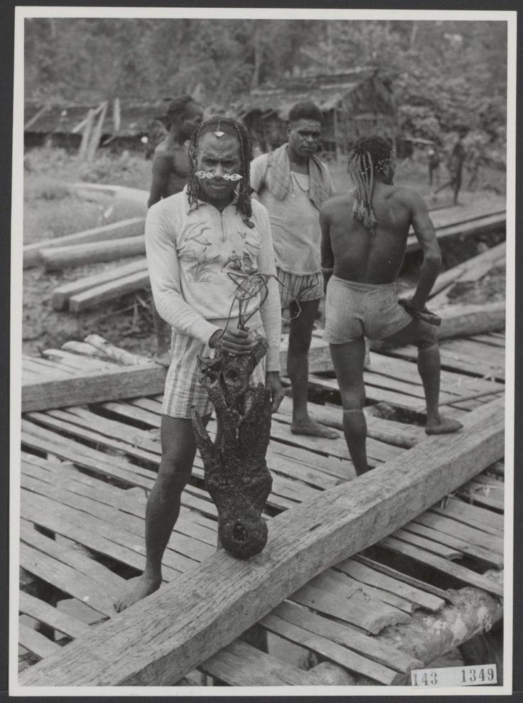 Asmath papoea tracht een gerookte krokodillenkop te verkopen / trying to sell an smoked head of a crocodile (1955)