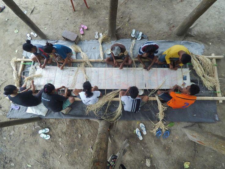 Tenun Ikat Sumba Timur  10 orang sedang mengikat bersama kain sepanjang sekitar 8 meter terbentang  Mauliru, Waingapu Sumba Timur - NTT Indonesia