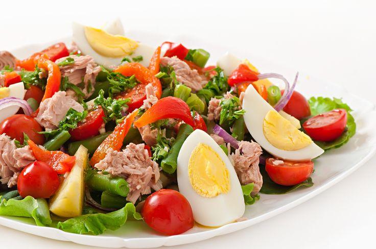 Préparation : 1. Dans un grand saladier, disposez les feuilles de laitue et déposez les haricots verts par dessus. 2. Coupez le poivron en rondelles et les tomates et les oeufs en quartier, émiette…