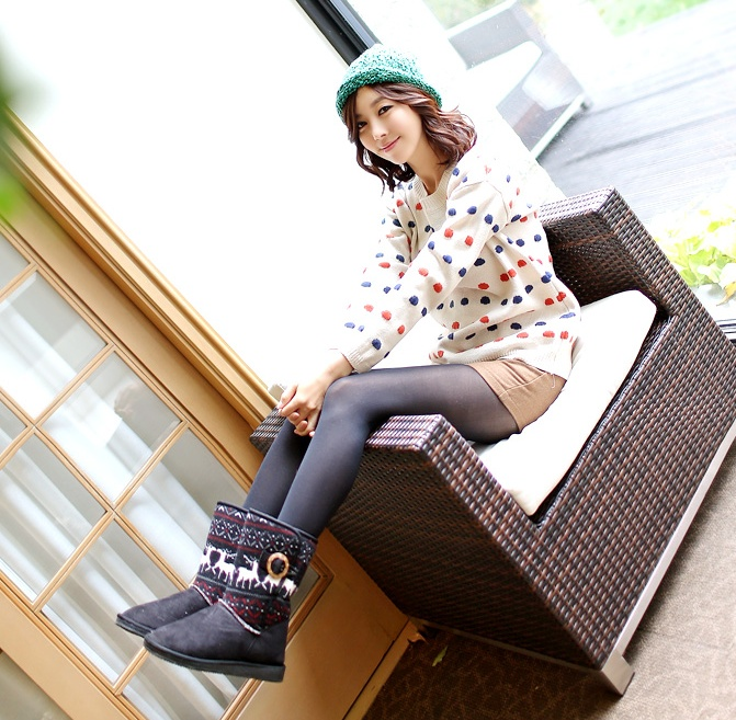 Oh how cute is this polka-sweater! see more on thehallyu.com