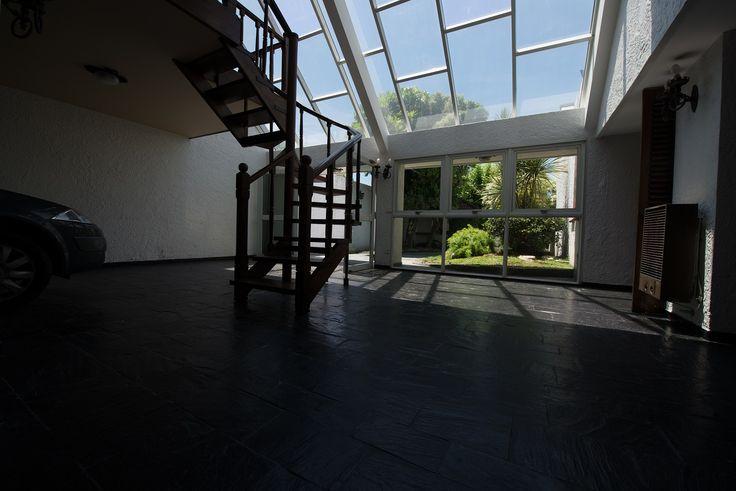 Jardín de Invierno vidriado con garage para 2 autos. Comunicado con otras dependencias de la casa. Permite recibir a un numero importante de gente y realizar una fiesta grandiosa.