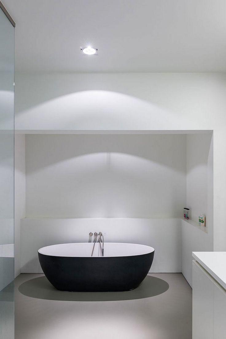 Elegante Badewanne in Schwarz und Weiß im Bad