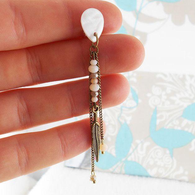Création fluide et élégante, évoquant des pays exotiques, synonymes de  voyages , de détente extrême ......let's go.  Boucles d'oreilles à clips pendantes bronze avec perles de verres beiges,...