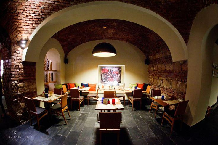 Şi iată că după o muncă asiduă, Restaurantul BRICKS şi-a primit cu căldură primii oapeţi în 28 Februarie 2012.  Ne apropiem cu paşi siguri de aniversarea de 2 ani!