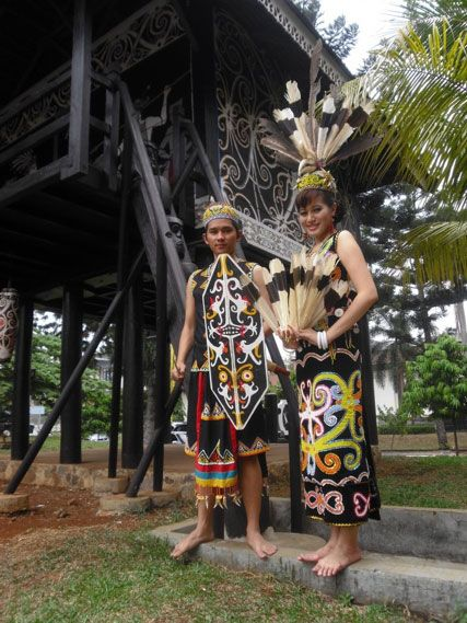 Dilihat dari cara berbusana, tampak jelas terlihat bahwa suku Dayak tampak arif dan bijaksana dalam memanfaatkan alam untuk kehidupan sehari-hari.