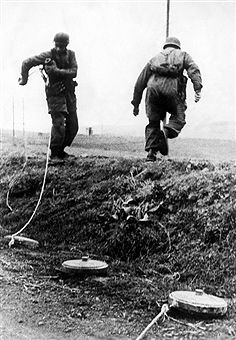 2. World War, Italy, theater of war Battle of Anzio/Nettuno January-May 1944:German airborne military engineers lying anti-tank-mines fixed with a cord in order to tear them from secure cover in front of advancing enemy tanks. pres. Feb. 1944 - pin by Paolo Marzioli