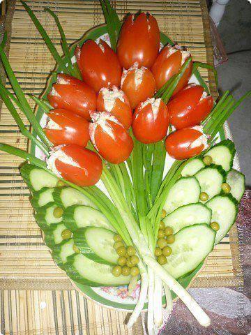 Pomodori ripieni e verdure al vapore o crudité.