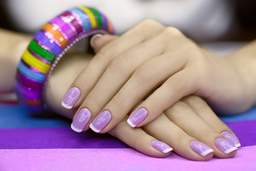 Idei pentru manichiura french colorata - Manichiura french mov (purple french manicure)