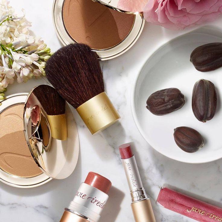 """""""Πλούσιο σε βιταμίνες, το λάδι jojoba χρησιμοποιείται συχνά σε πολλά beauty products! Γνωρίζατε ότι άτομα με ξηρό  δέρμα, θα τα βοηθήσει να απαλλαγούν από την υπερβολική ξηρότητα, κάνοντας το δέρμα τους απαλό και εύπλαστο;  Ενώ  μπλοκάρει τους πόρους του δέρματος στα άτομα με λιπαρό δέρμα!"""""""