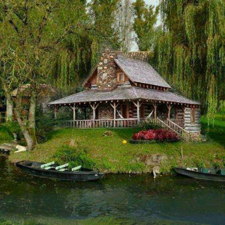 Es ist eine Hütte … an einem See … mit Weiden…
