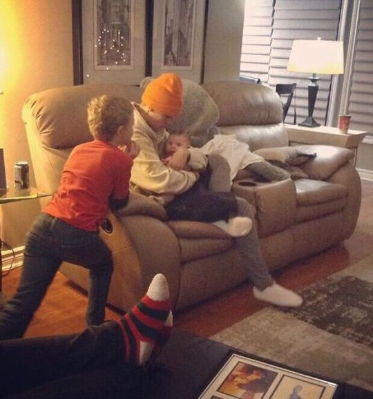 January 7: another rare picture of Justin on Christmas Eve in Canada.