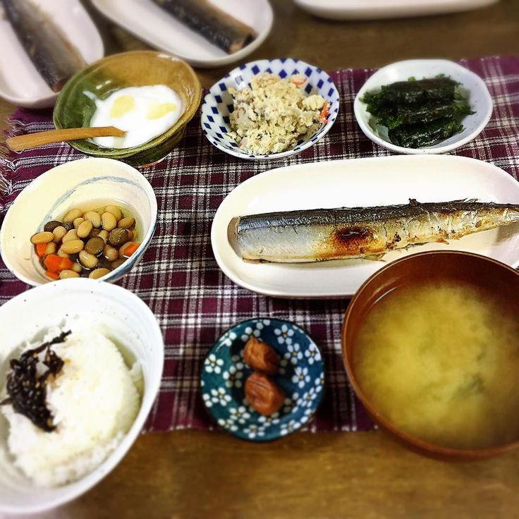 やっぱし朝は味噌汁が良いなぁ    #秋刀魚 の #糠漬け #おから #煮豆 #こんにゃく入り #しそ の #ごま味噌 巻き #梅干し