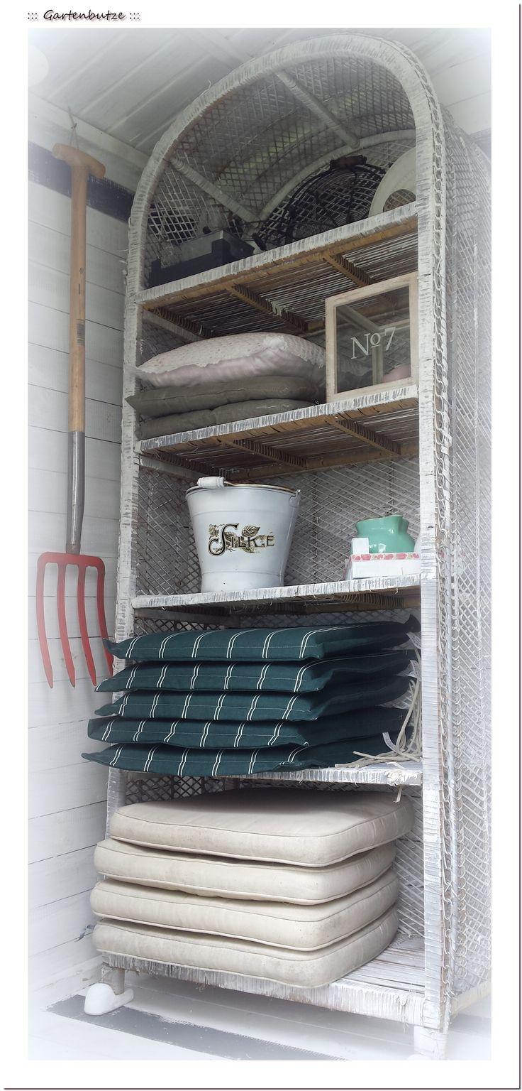 Das Rattanregal organisiert jetzt meine Garten-Auflagen und beherbergt kleineres Interieur.