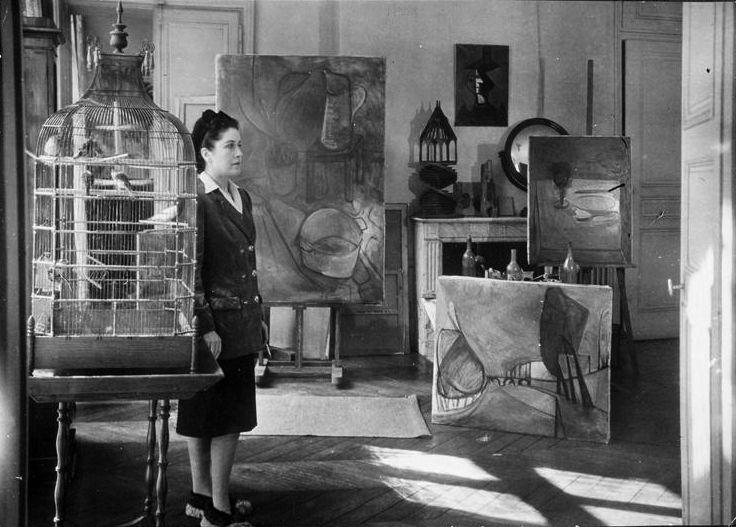 Henriette Theodora Markovitch o Dora Maar, entre sus cuadros.  Fotografía de Brassaï