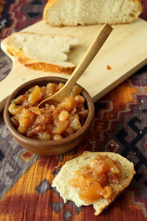Receita de chutney de maçã e tâmara, passas, gengibre e sementes de mostarda. Um acompanhamento que dá um toque a mais no prato!