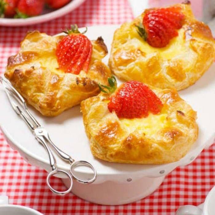 Falska wienerbröd med vaniljkräm & färska jordgubbar 1 paket smördeg vaniljkräm färska jordgubbar ägg, till pensling 2 krm vatten, till pensling  Vaniljkräm: 1 vaniljstång 3 äggulor 3 dl mjölk 3 msk socker 1 1/2-2 msk majsena 1 1/2 msk smör