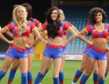 Οι sexy cheerleaders της ποδοσφαιρικής ομάδας Crystal Palaceεμψυχώνουν με το GangnamStyle και το videoclip τους φιλάθλουςζεσταίνοντας το κλίμα στηις κερκίδες.