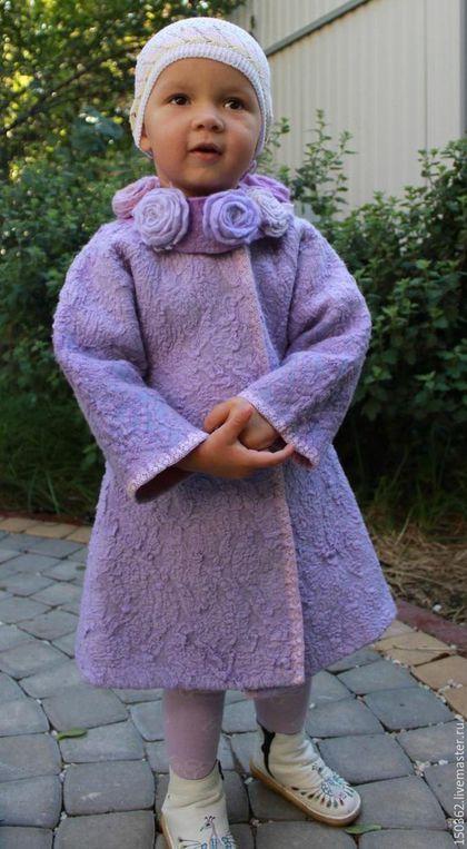 Купить или заказать валяное пальто для девочки LILAC в интернет-магазине на Ярмарке Мастеров. это лёгкое, но тёплое пальтишко для маленькой модницы покрыто испанским кружевом. На изнанке - волокна шёлка и вискозы, которые дают красивую фактуру, армирует пальто и мерцает на солнышке. Воротник захотелось сделать необычным, поэтому вместо меха - валяные розы, разные по фактуре, цвету и форме. Воротник на валяных шнурках-завязках, при желании, его можно снять.
