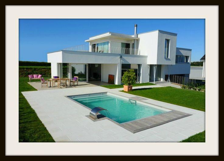 Son propriétaire a souhaité intégrer une piscine design et épurée pour souligner larchitecture contemporaine de sa bâtisse