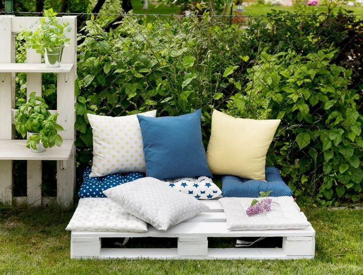 Palette in the garden. #dekoriapl #garden #spring #decorations #inspirations #pillows #chairs #table #lovley