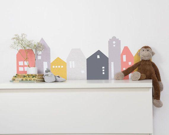 +Wandtattoo Lille Hus passend für IKEA Malm Kommoden L80cm Koralle+ *Dekoration Lille-Hus für Kinderzimmerkommode* Dieses schöne Wandtattoo macht sich nicht nur im Babyzimmer gut. Die Häuserreihe Lille Hus passt wunderbar über die Kommode im Kinderzimmer. Aber wer sagt denn das man es
