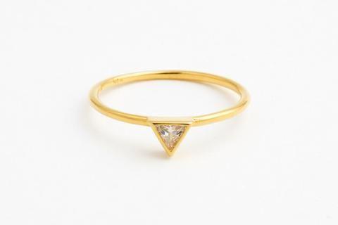 Slank og leken ring i 18k forgylt sterling sølv med stein. Dimensjon trekant: 0,5 cm...