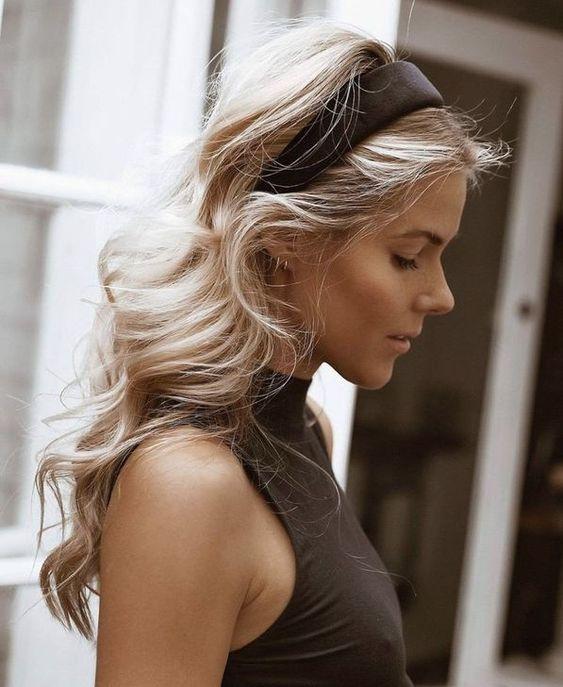 24 maneiras que acessórios de cabelos dão um up no visual! - az:conteudo | Headband hairstyles, Daily hairstyles, Hair styles