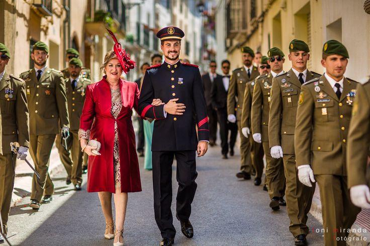 Llegada a la Iglesia de Benilloba en montaña de Alicante del novio militar y la madrina escoltados por un grupo de compañeros militares