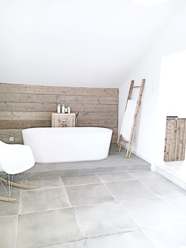 made by Thinkwood/ interieurstyliste Julie Corigliano www.thinkwood.be #badkamer #wit #steigerhout