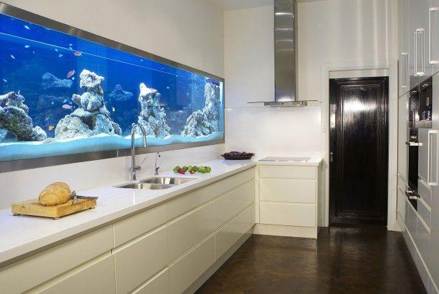 aquarium deko küchenrückwand felsen weiße küchenschränke