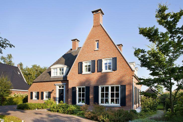 klassiek landelijke woning   karakteristieke vrijstaande woning met veel karaktervolle ornamenten, klassieke details en donkere luiken