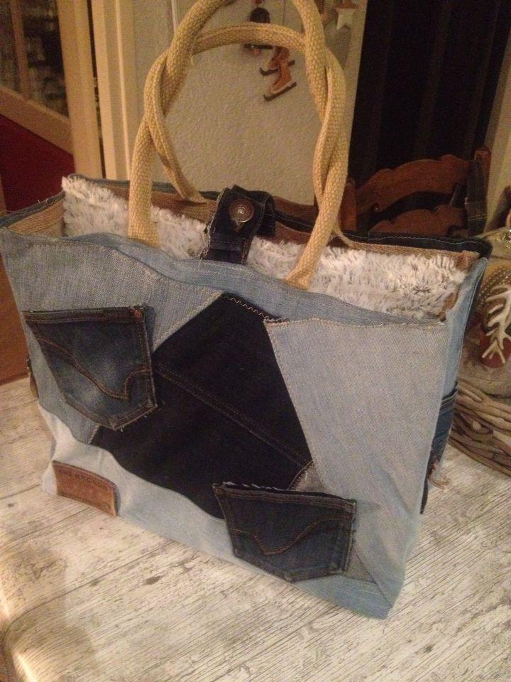 Tas van oude spijkerbroeken gemaakt