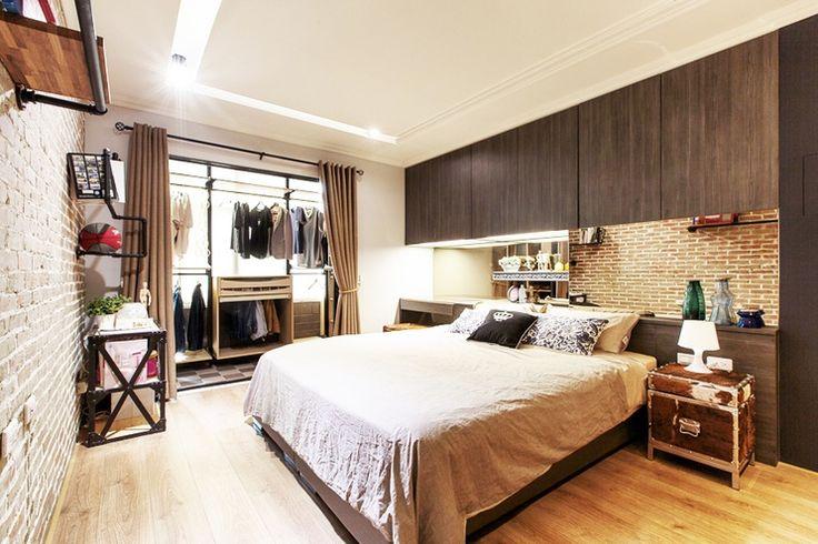 Спальня с кирпичной стеной с гардеробной и дополнительными секциями для хранения   #гардеробная #зеркало #изголовье #кирпич #коричневый #спальня #теплый #туалетныйстолик #шторы