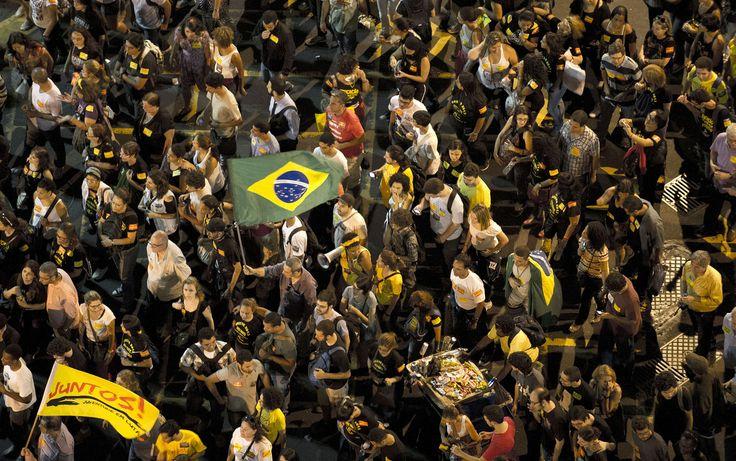 Manifestantes tomam as ruas do centro do Rio de Janeiro