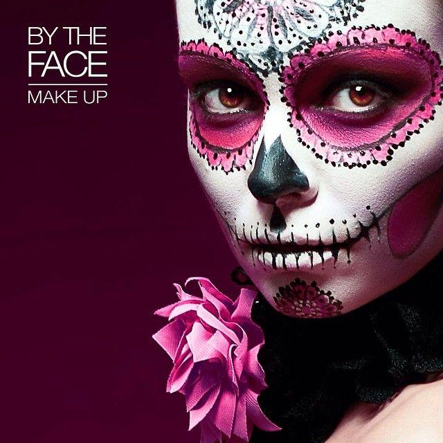 Consigue un look terroríficamente sexy la noche de Halloween con unos sencillos pasos. Necesitarás:  - Una barra de labios rosa (nº19 por ejemplo) o una sombra rosa  - Un lápiz delineador negro  - Una base más clara que tu tono de piel, preferiblemente blanca   #atrevete y ¡Feliz Halloween!