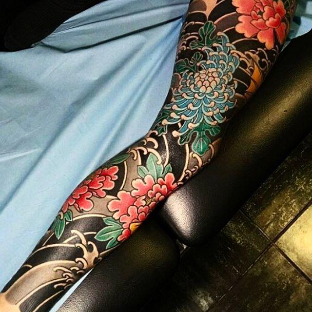 Japanese leg-sleeve tattoo by @_yom_.  #japaneseink #japanesetattoo #irezumi #tebori #colortattoo #colorfultattoo #cooltattoo #largetattoo #legtattoo #tattoosleeve #legsleeve #flowertattoo #chrysanthemumtattoo #peonytattoo #blackwork #blackink #blacktattoo #wavetattoo #naturetattoo