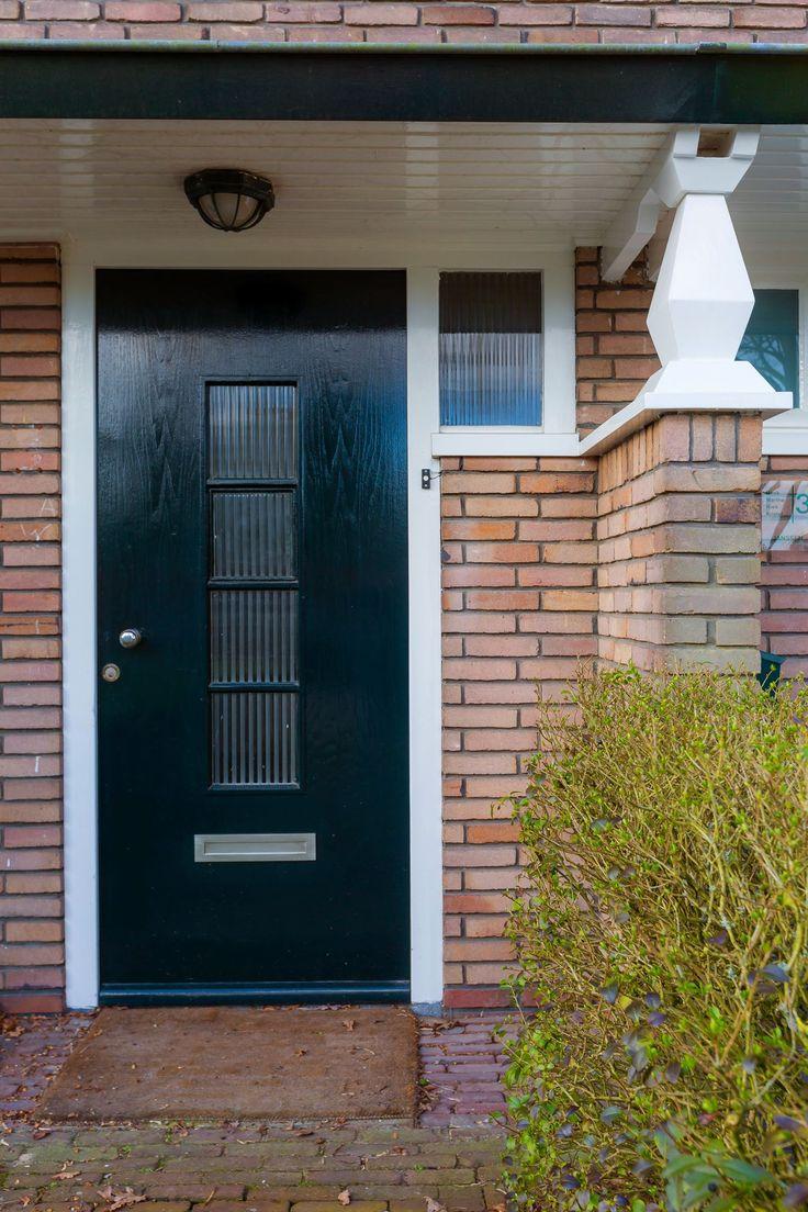 Jaren30woningen.nl   Voordeur met luifel van een #jaren30 woning