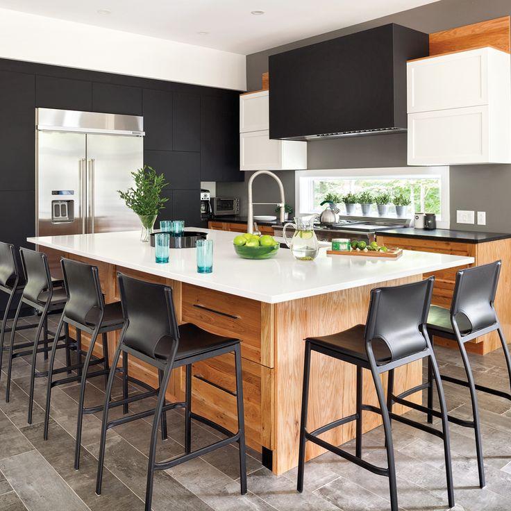 Puisqu'il s'agit ici d'une construction neuve, on s'est permis, dans cette cuisine, un amalgame de matériaux contrastant tant par leurs textures que par leurs tonalités. Côté armoires et rangements, l'alliage de chêne rustique et de polymère tantôt noir, tantôt blanc crée une dynamique «chaud-froid» très actuelle. Les comptoirs de pierre, ébène dans le coin-cuisson et ivoire sur l'îlot, ainsi que le plancher en céramique au look béton ajoutent une nature brute à cette ...