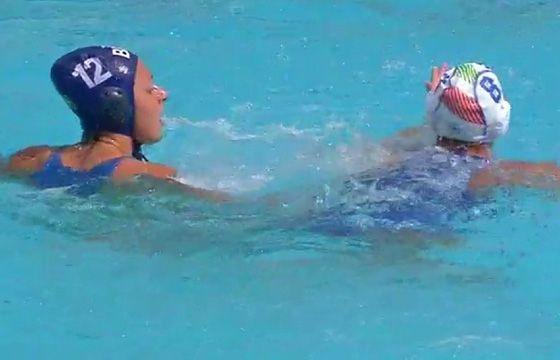 iBahia -Brasileira dá socos em italiana no polo aquático; veja vídeo