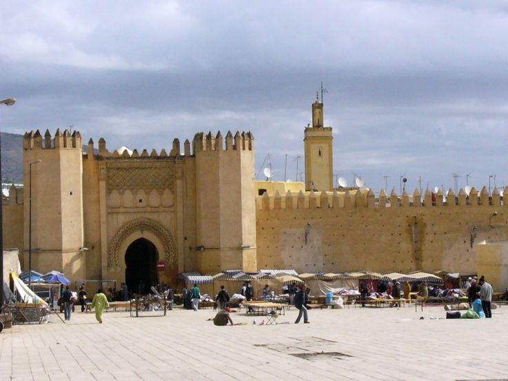 Fès - Bab Boujloud.  Principal accès à la médina, c'est aussi le lieu où se découpent les minarets de la médersa Bou Inania et de la mosquée Sidi Lazaz. Construite dans le style Hispano-Mauresque sous les Almohades au XIIIème siècle, elle a été rénovée en 1913. c'est la plus récente des portes de la ville.
