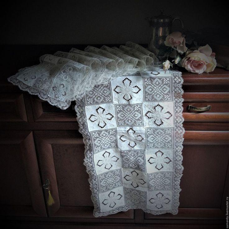 Купить или заказать Старинный набор 'Шахматная королева' в интернет-магазине на Ярмарке Мастеров. Большой старинный столовый набор дорожка и 8 салфеток! Молочный цвет, впечатляющая ручная вышивка, сочетание филейного и прорезной глади ,цветочный орнамент! Отличное состояние, чистый, без никаких повреждений, подкрахмален, чудо для его возраста ! Для праздничного стола, украшения интерьера! Достойное приобретение для коллекции винтажного и старинного текстиля! Гордость хозяйки! Для дома...