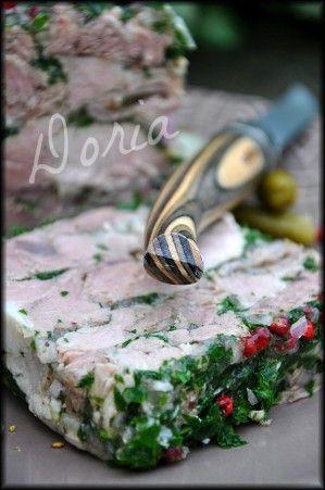 Légère et délicieuse... Ingrédients pour une terrine 1 jarret de porc de 1,2 kg 1 gros oignon piqué de 4 clous de girofle 2 carottes 1 blanc de poireau 4 branches de céleri 6 brins de persil 1 bouquet garni 4 feuilles de gélatine 1 gros bouquet de persil...
