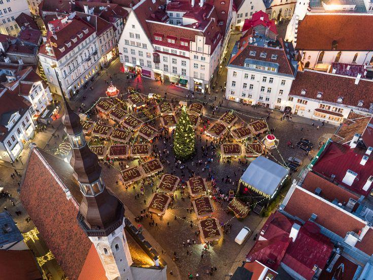 Средневековый Таллинн обретает волшебные черты в зимнее время года, когда белый снег покрывает красные островерхие крыши, а уличные свечи наполняют...