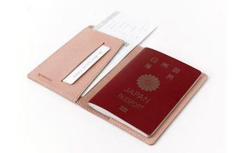 旅に行くときはより荷物を少なく纏めたいもの。セバンズパスポートケースは、3つの機能をコンパクトにまとめました。 パスポートと共に、カードを収納したり、チケットなども挟み込めるため、旅先で慌てることはありません。 使い込むほどに増す風合いと共に、旅の記憶がヌメ革に刻まれます。