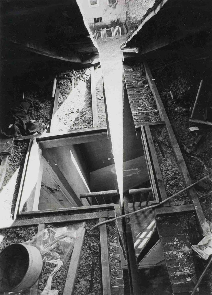 Gordon Matta Clark. Humphrey Street Splitting. 1974.