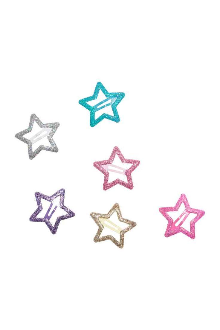 Spinki do włosów 6-pak: Spinki do włosów w kształcie gwiazdek z metalu o brokatowej powierzchni. Wymiary ok. 3x3 cm.