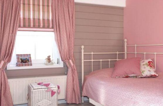 Association de rose et gris pour une chambre de petite fille chambre fille pinterest roses for Chambre sous pente fille