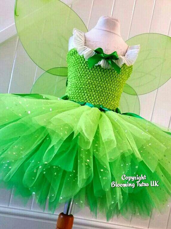 appelgroene top en groen gemengde kleuren rok en afgemaakt met wat versieringen en vleugels en je bent een tinkerbell