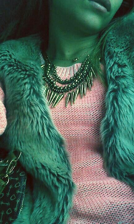 Sweater Neon + chaleco de piel + collar de puas ... STREET STYLE